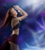 Dança bonita nova da menina em um clube nocturno Foto de Stock