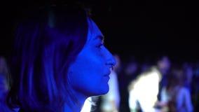 A dança bonito da mulher luzes coloridas originais do concerto exterior do partido da noite do festival em multi borrou o fundo vídeos de arquivo