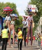 Dança colorida dos caminhantes do pernas de pau do carnaval de Notting Hill foto de stock royalty free