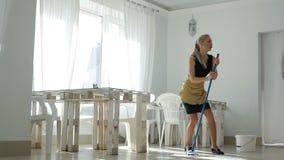 Dança com um ESPANADOR video estoque