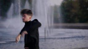 Dança considerável do homem na fonte filme