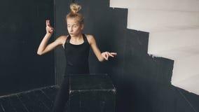 Dança contemporânea do desempenho bonito moderno do dançarino do adolescente no salão de baile dentro filme