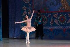 Dança da bailarina do dançarino de bailado durante o bailado Corsar Imagens de Stock