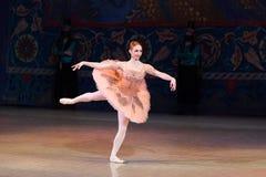 Dança da bailarina do dançarino de bailado durante o bailado Corsar Imagens de Stock Royalty Free