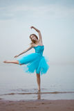 Dança da bailarina na praia Fotografia de Stock Royalty Free