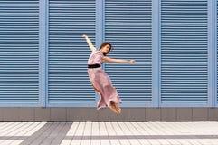 Dança da bailarina na roupa ocasional que salta sobre Foto de Stock Royalty Free
