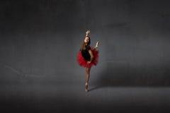 Dança da bailarina no ponto fotos de stock royalty free