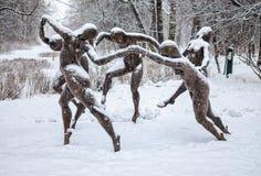 A dança da escultura baseada na pintura de Henri Matisse no parque na ilha de Yelagin Imagem de Stock Royalty Free