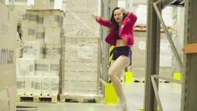 Dança da jovem mulher dentro de um armazém de armazenamento filme