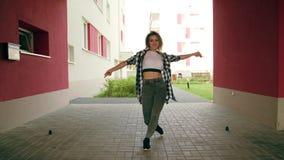 Dança da jovem mulher fora imagens de stock royalty free
