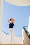 Dança da jovem mulher na cidade branca imagens de stock royalty free