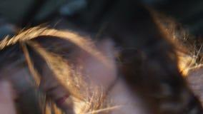 Dança da jovem mulher que guarda o vidro do álcool e da queda adormecidos na barra contra filme