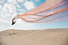 Dança da menina com o pano alaranjado grande Fotos de Stock Royalty Free