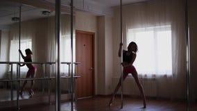 Dança da menina em um polo, em um dançarino, em uma aptidão e em um esporte Dança de Polo vídeos de arquivo