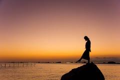 Dança da menina na praia no por do sol Foto de Stock Royalty Free