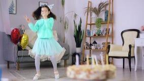 Dança da menina no fundo do bolo video estoque