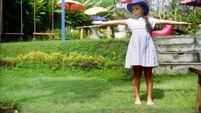 Dança da menina no jardim e no riso vídeos de arquivo