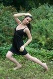 Dança da menina no prado foto de stock