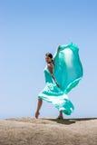 Dança da menina no vento Imagens de Stock Royalty Free