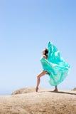 Dança da menina no vento Fotografia de Stock