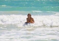 Dança da menina que embarca as ondas Fotografia de Stock Royalty Free