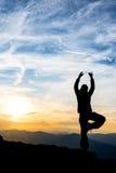 Dança da menina sobre a montanha Fotografia de Stock