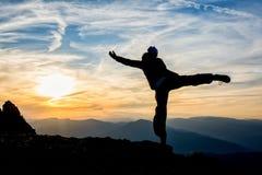 Dança da menina sobre a montanha Fotos de Stock Royalty Free