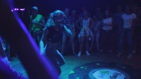 Dança da moça em um partido bem entre outros povos vídeos de arquivo