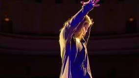 Dança da moça na fase sob intradorsos azuis vídeos de arquivo