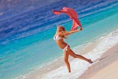 Dança da moça na praia Foto de Stock Royalty Free