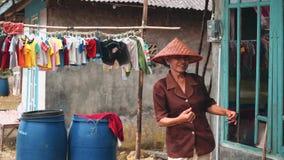 Dança da mulher adulta na vila em Indonésia filme
