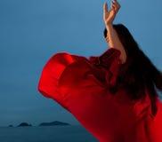 dança da mulher ao ar livre fotografia de stock