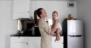 Dança da mulher com a cozinha de sorriso do bebê filme