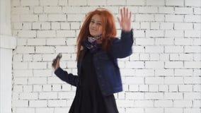 Dança da mulher com um smartphone filme