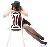 Dança da mulher do artista na cadeira vermelha do espartilho isolada Foto de Stock