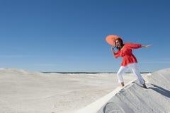 Dança da mulher e equilíbrio na duna de areia Imagens de Stock Royalty Free