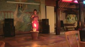 Dança da mulher e fogo das andorinhas 4K filme