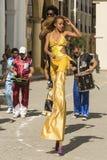 Dança da mulher em pernas de pau Havana Fotos de Stock Royalty Free