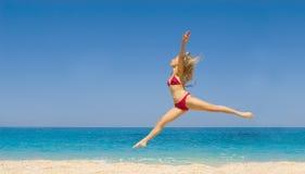 Dança da mulher na praia foto de stock royalty free