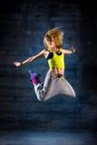 Dança da mulher no ambiente urbano imagem de stock royalty free