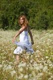 Dança da mulher no jardim selvagem Imagens de Stock