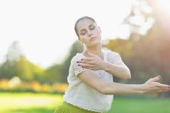 Dança da mulher nova no prado foto de stock royalty free