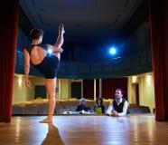 Dança da mulher para a audição com o júri no teatro Foto de Stock