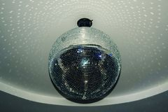 Dança da noite à música alta no clube imagem de stock royalty free