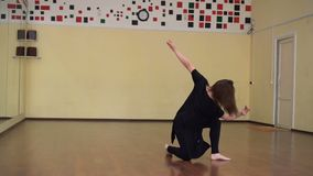 dança Dançarino no movimento Estilo da dança moderna A dança da menina no estilo contemporâneo Treinamento Classe de dança filme