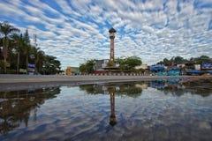 Dança das nuvens da reflexão fotografia de stock