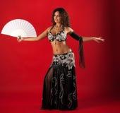Dança de barriga da mulher com ventilador Imagens de Stock Royalty Free