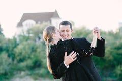 Dança de cabelo justa da menina com seu homem foto de stock royalty free