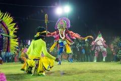 Dança de Chhau, dança marcial tribal indiana na noite na vila Foto de Stock