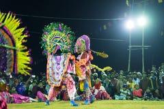 Dança de Chhau, dança marcial tribal indiana na noite na vila Imagem de Stock